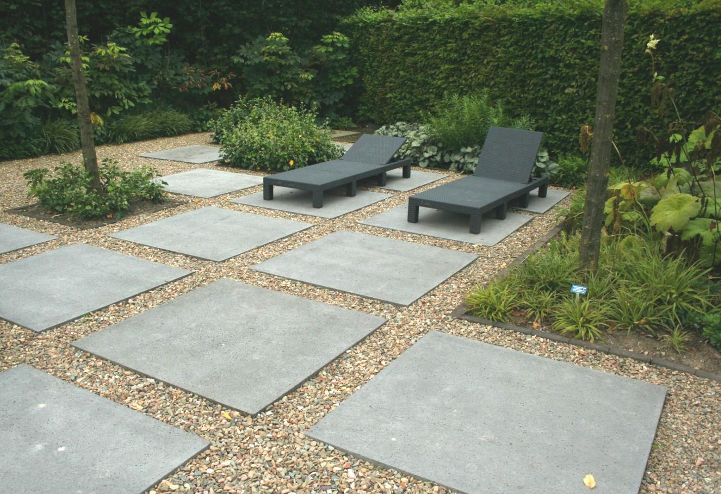 Patroon met grote tegels geeft rust en vorm by geral overbeek