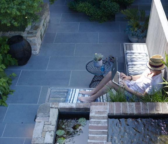 tuincursus-online.nl/grote tegels geven rust en ruimte